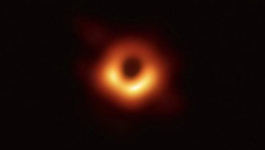 De acuerdo con la historia de MIT News, el algoritmo que Bouman ayudó a crear uniría los datos recopilados de los radiotelescopios de la Tierra Twitter.com/MIT_CSAIL