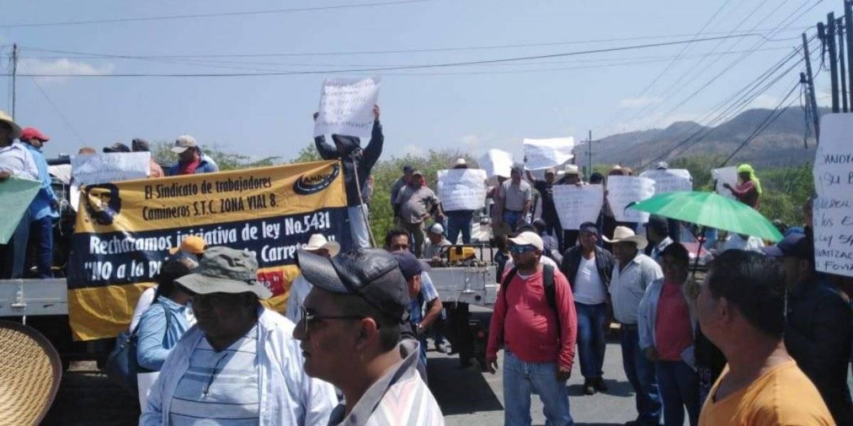 Trabajadores de Caminos bloquean varios puntos en carreteras