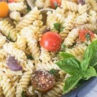 Receta de pasta fría con salsa de ajo y vegetales