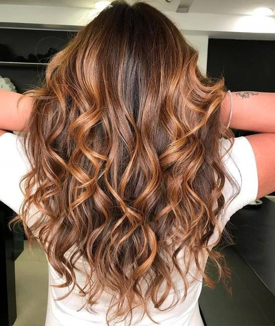 Qué color de cabello le queda a una morena