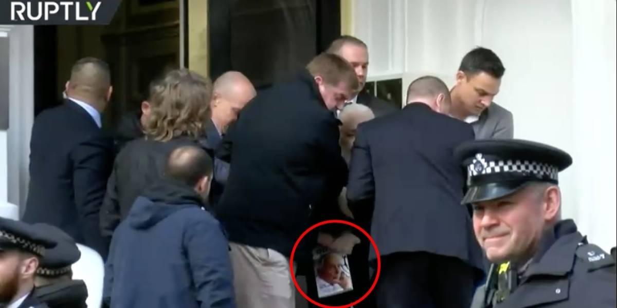 ¿Qué libro tenía Julian Assange cuando fue arrestado en Londres?