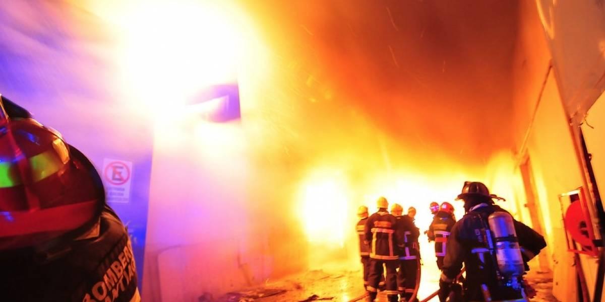 Bomberos de Santiago ataca voraz incendio entre Grajales y Ejército