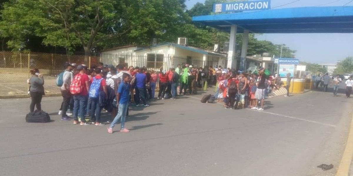 Migrantes hondureños aguardan por refugio en frontera de Guatemala con México