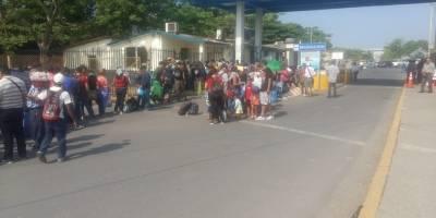 Caravana de emigrantes hondureños llega a Guatemala.