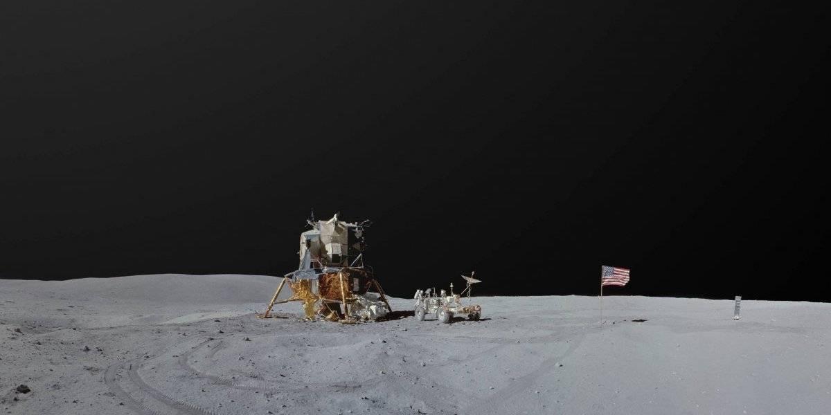 """Cerca de 8.000 videos, fotografías y relatos de astronautas: artista chileno usó archivo de las misiones Apollo para montar """"mega paisajes lunares"""" nunca antes vistos"""