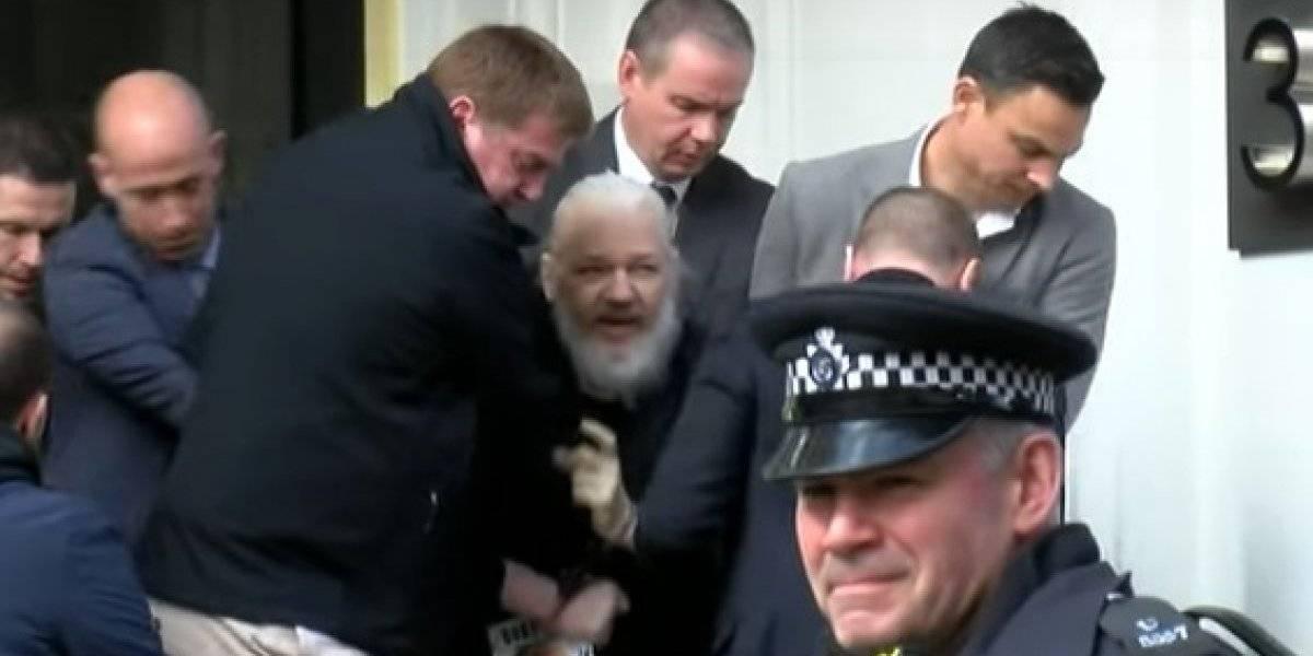Detienen a Julian Assange en Londres