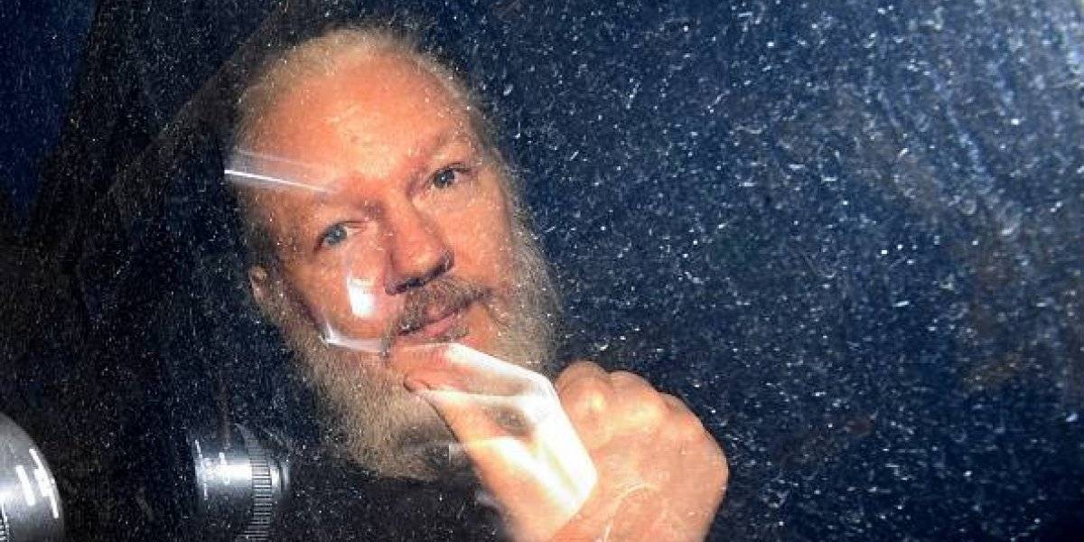Assange tiene dolor extremo en los hombros y dientes