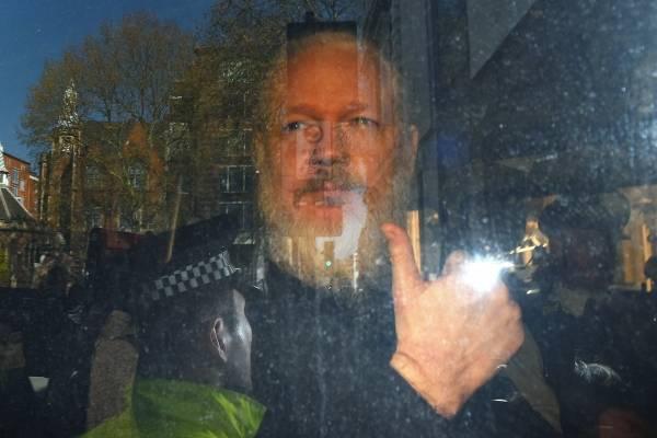 Assange está dispuesto a colaborar con autoridades suecas para impedir extradición a EEUU