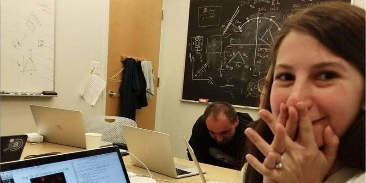 La mujer detrás de la primera imagen de un agujero negro