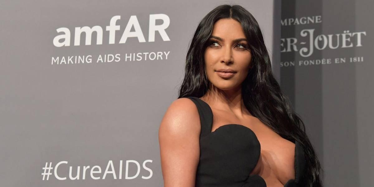 Kanye West e Kim Kardashian cumprimentam turistas que faziam tour por Los Angeles