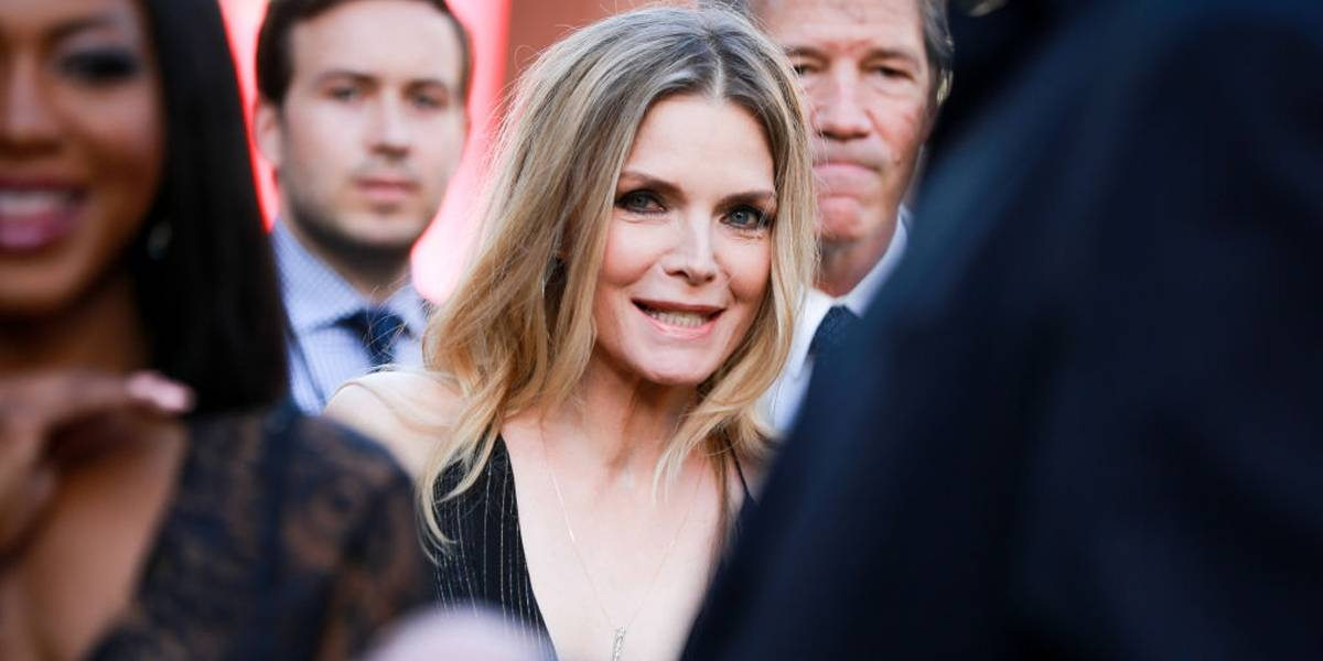 Michelle Pfeiffer criou um perfume que a faz lembrar de seu pai