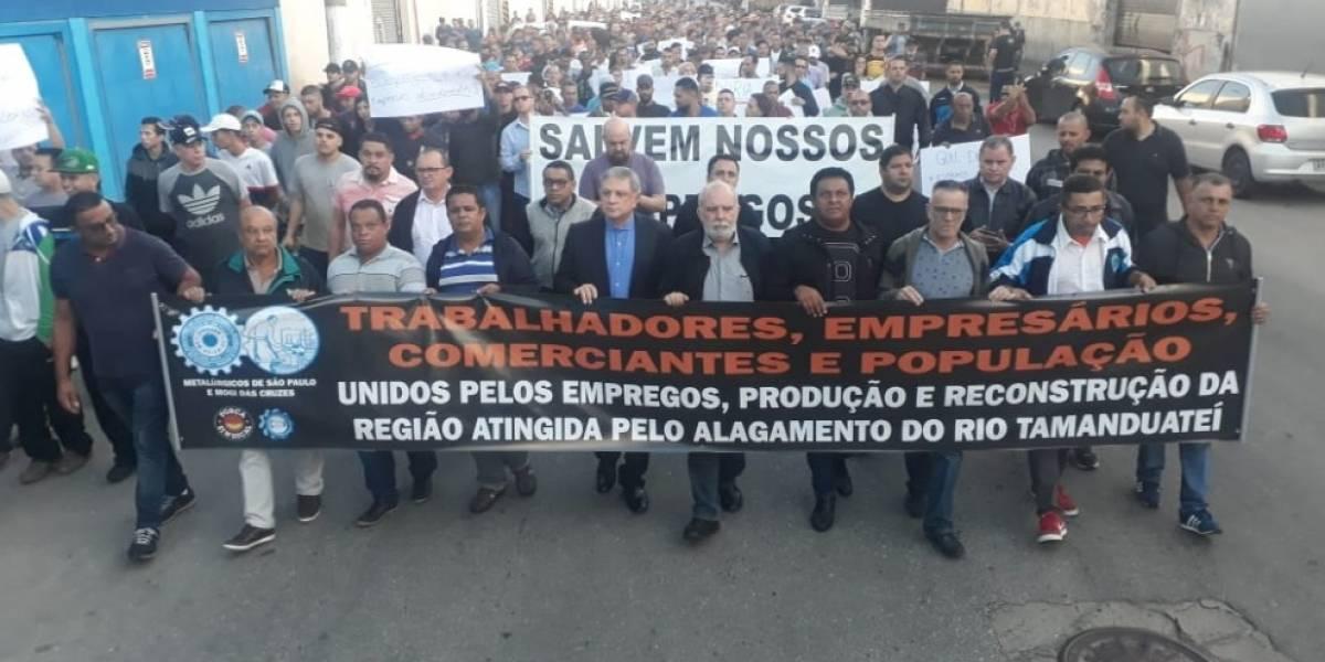 Comerciantes atingidos por alagamento bloqueiam viaduto no Ipiranga em manifestação