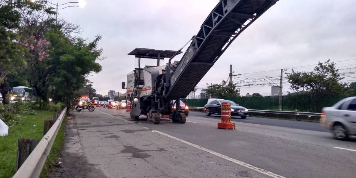 Máquina de recapeamento quebra e atrasa reabertura de pista da marginal Pinheiros