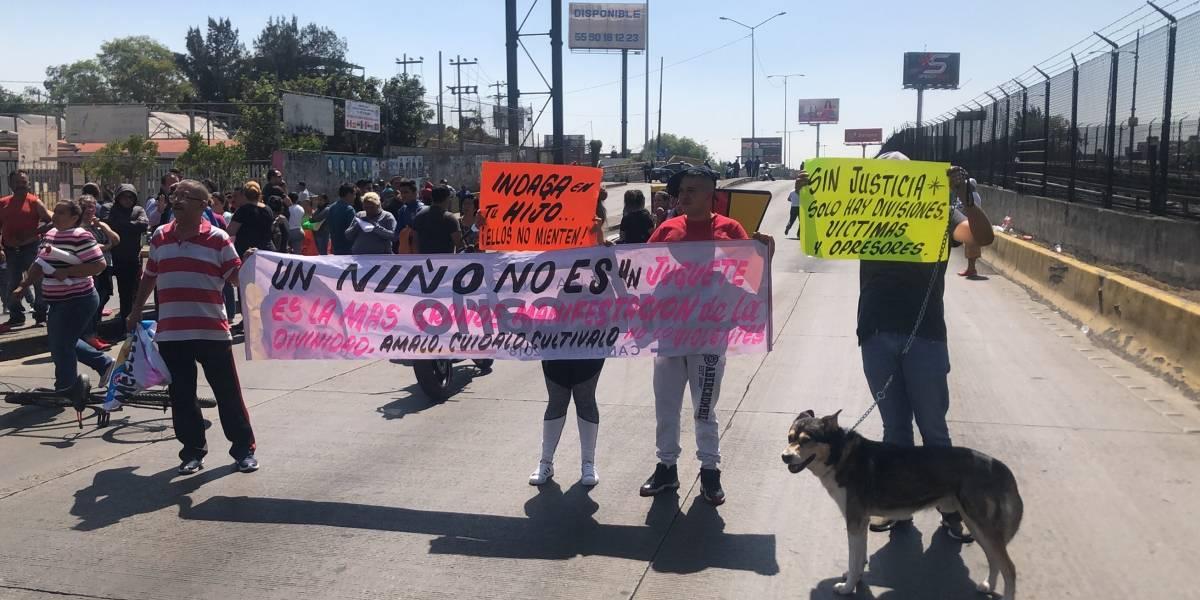 Padres de familia exigen detención de profesor acusado de abuso