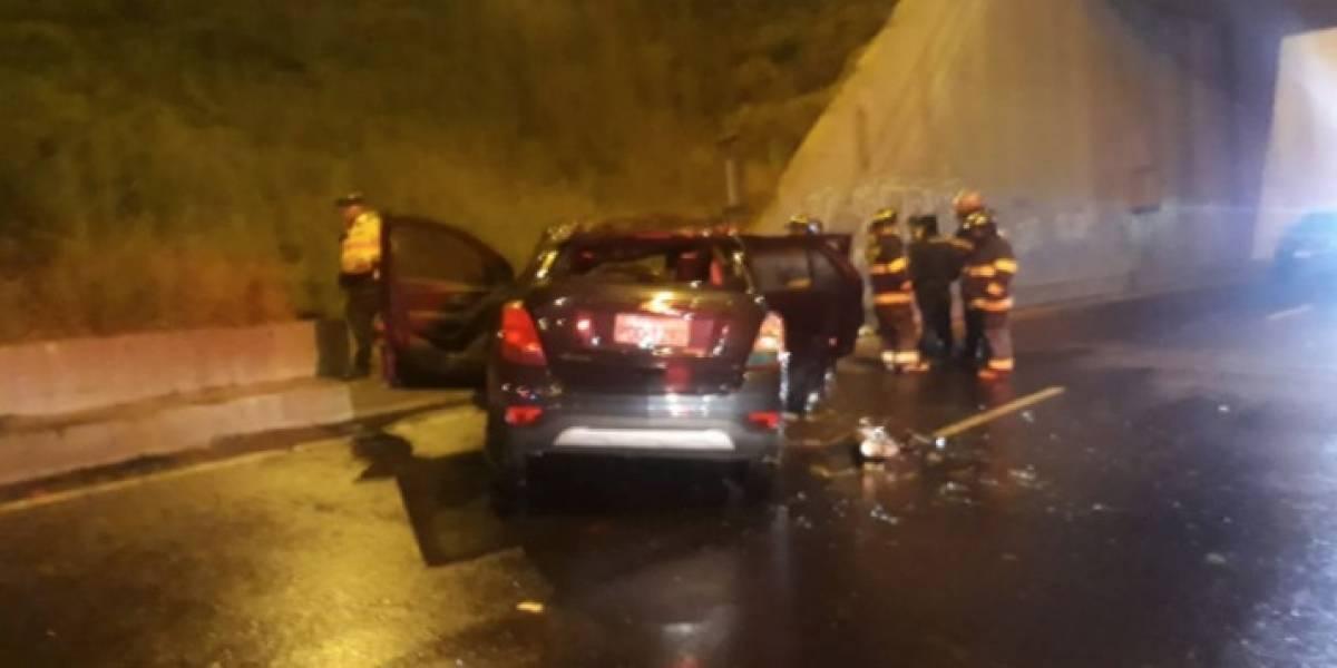 Auto se incendió tras accidente en el redondel de Pifo