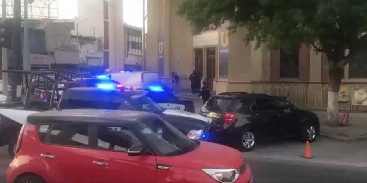 Policías se enfrentan con hombres armados en calles de Monterrey