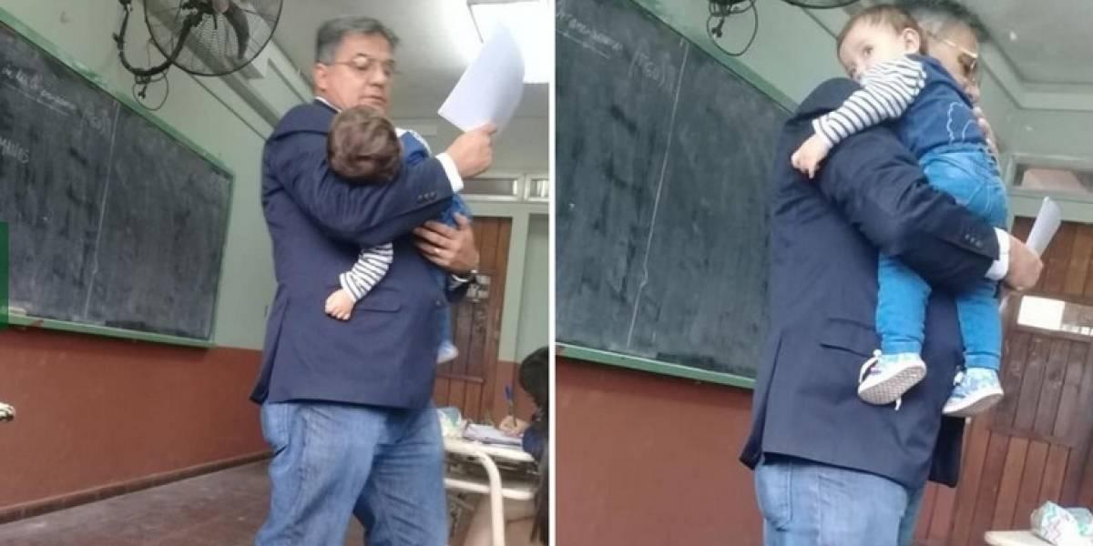 Profesor hace clases cargando a bebé de alumna para que ella pueda estudiar
