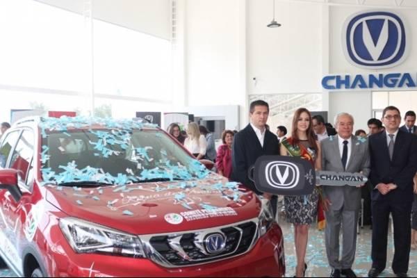 Changan entrega auto a la Reina de Ambato