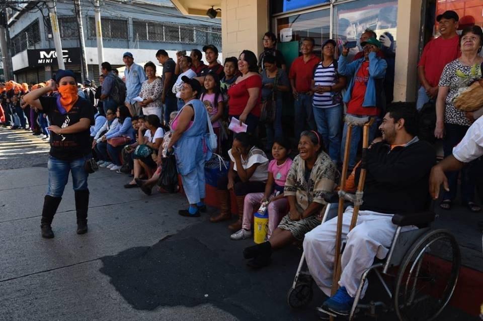 Guatemaltecos observan el Desfile Bufo 2019, organizado por la Usac. Foto: Omar Solís