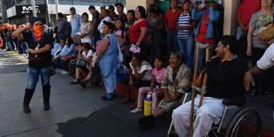 Guatemaltecos observan el Desfile Bufo 2019, organizado por la Usac.