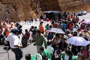 Vecinos de Chimaltenango se cubren del sol con sombrillas o suéteres.