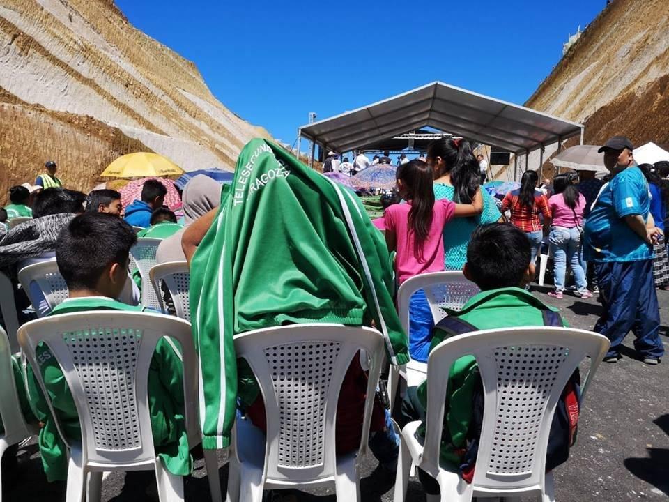 En Chimaltenango se instaló un toldo para funcionarios de gobierno e invitados especiales, mientras que vecinos soportaron las inclemencias del sol. Foto: Emisoras Unidas