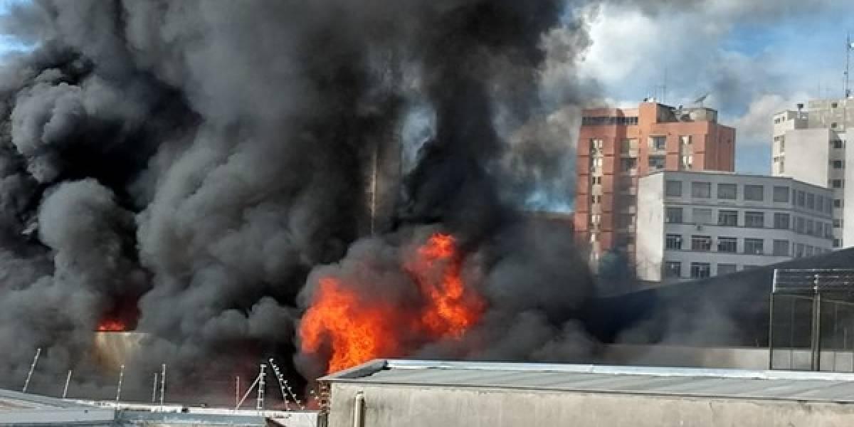 Edifício em chamas desmorona durante ação do Corpo de Bombeiros; um segue desaparecido