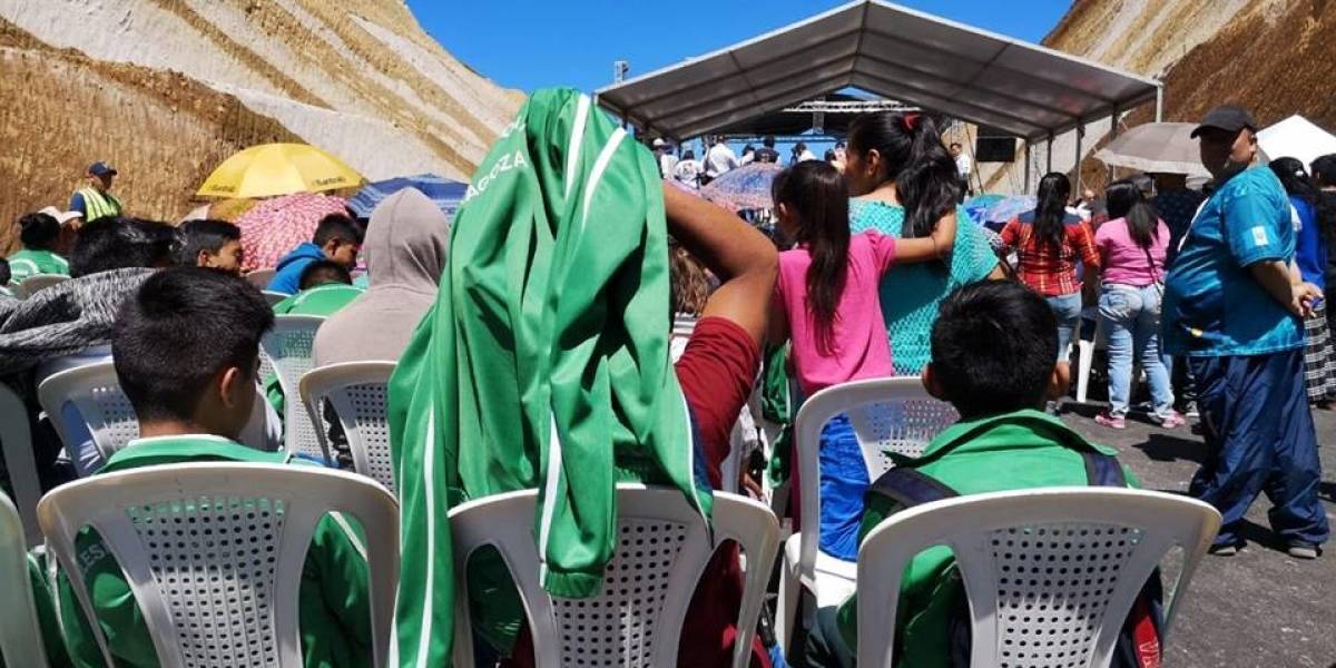 Estudiantes esperan bajo el sol la inauguración del libramiento de Chimaltenango