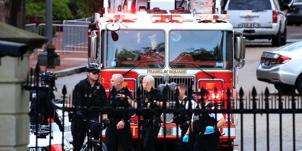 Hombre en silla de ruedas le prende fuego a su chaqueta frente a Casa Blanca