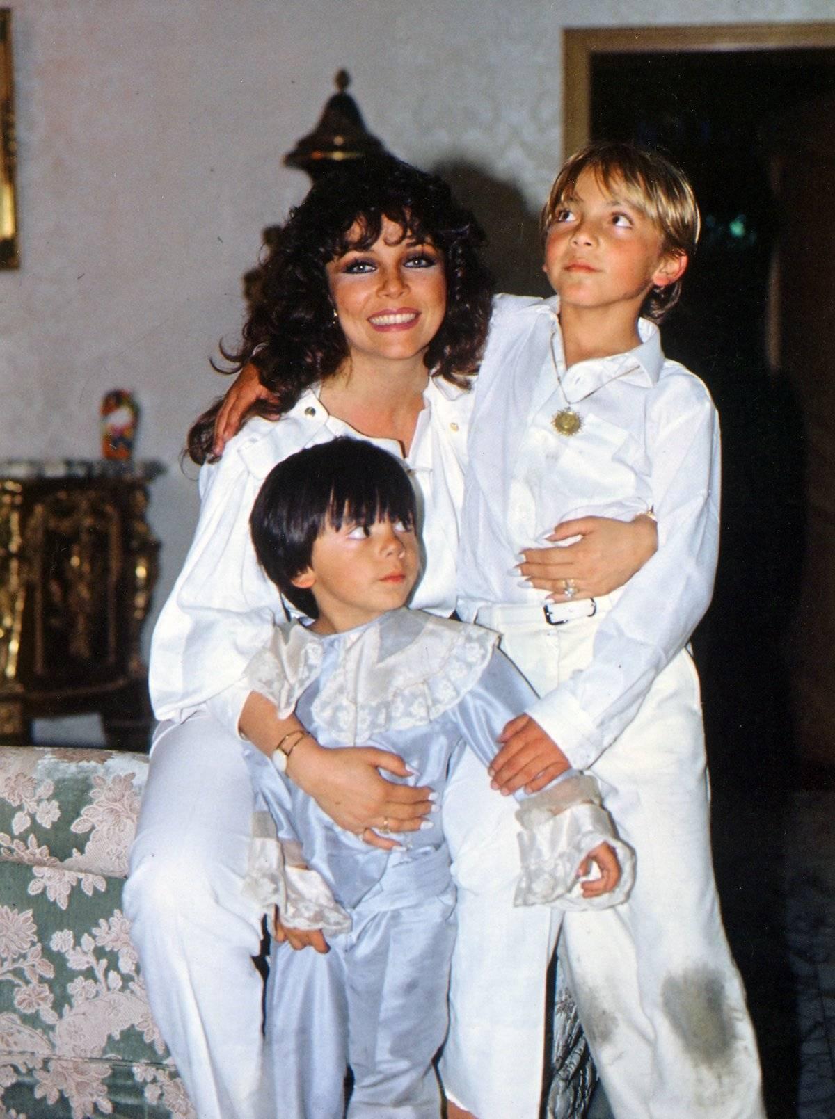 Verónica Castro y sus hijo