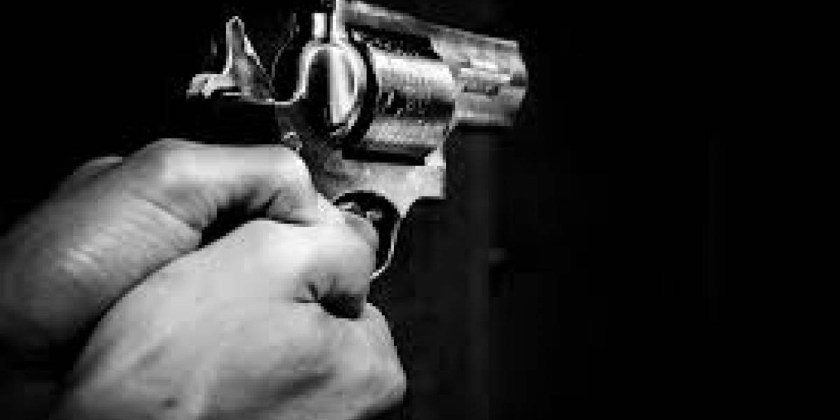 Sujeto en San Sebastián amenaza con pistola a joven por transitar con música alta en su auto