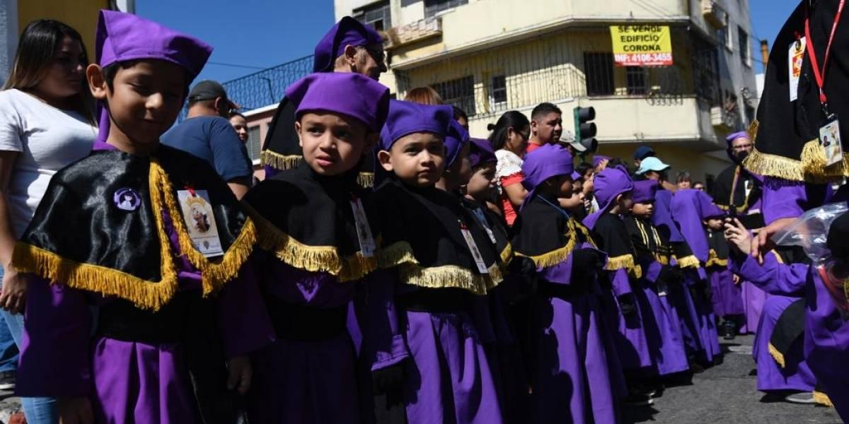 Jesús de la Demanda se procesiona rodeado del fervor infantil