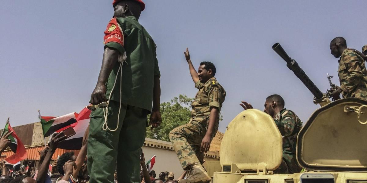 Junta militar levanta el toque de queda en Sudán y libera manifestantes