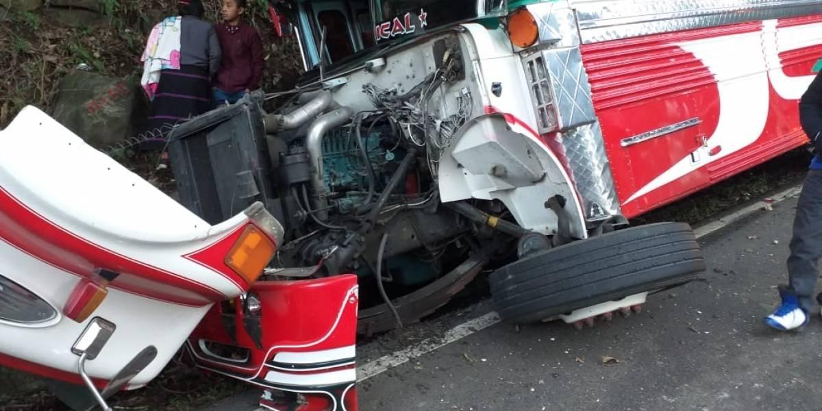 Bus extraurbano protagoniza aparatoso accidente en la ruta de Retalhuleu a Quetzaltenango