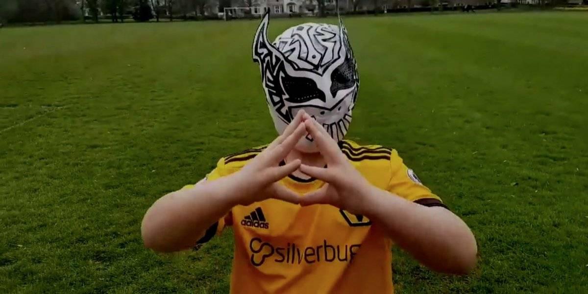 VIDEO: Niño inglés imita festejo de Raúl Jiménez con máscara de Sin Cara