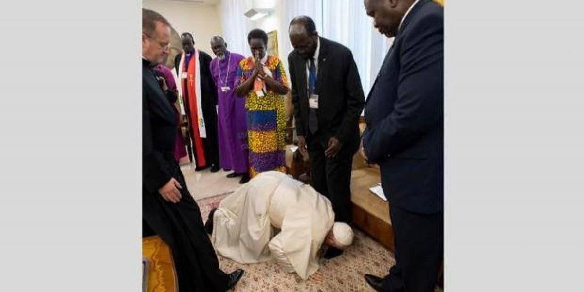 Papa Francisco se arrodilla y besa los pies de líderes de Sudan del Sur