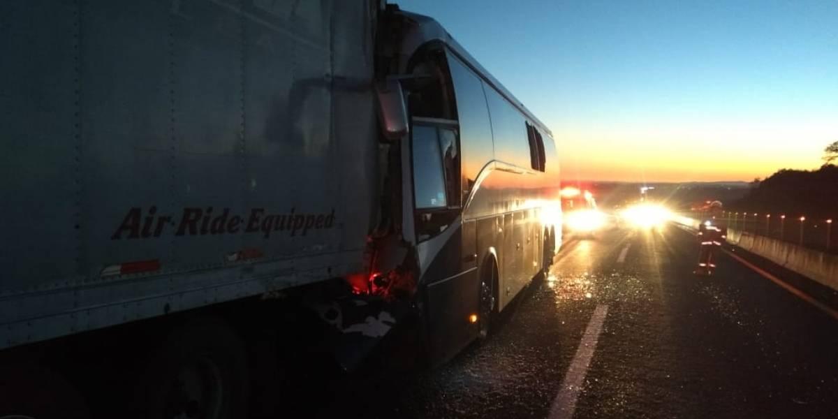 Autobús colisiona contra camión estacionado, un muerto y 14 heridos