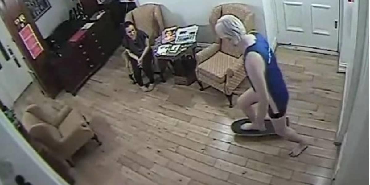 Imágenes de Assange en patineta y peleando con la seguridad de la embajada de Ecuador