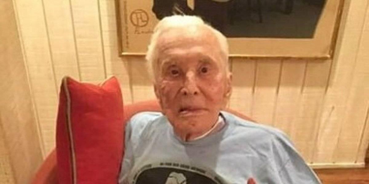 Kirk Douglas sale a acampar a los 102 años