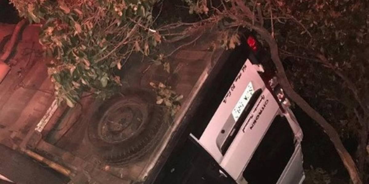 Carro de un canal de televisión se accidentó y volcó en carretera