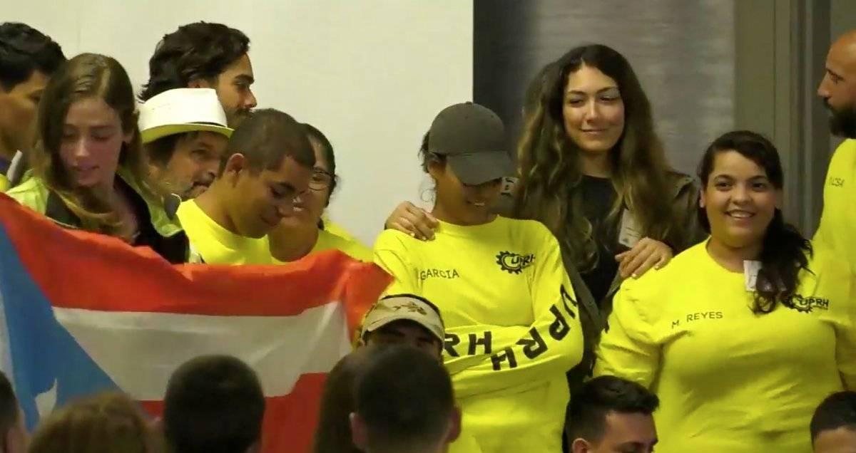 Foto: Parte del equipo de UPR de Humacao recibiendo su premio Pantallazo