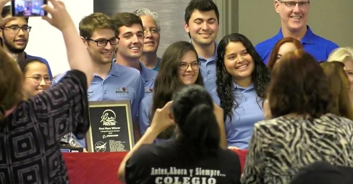Foto: Parte del equipo de UPR de Mayagüez recibiendo su premio Pantallazo