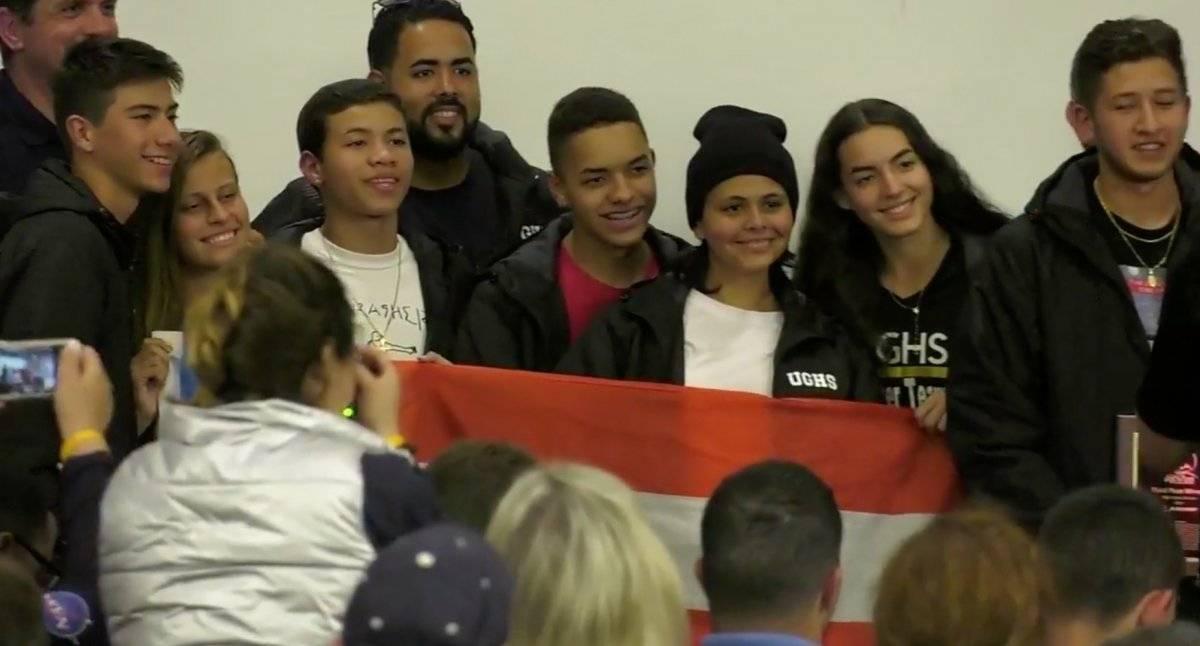 Foto: Parte del equipo de la University Gardens High School posando con el premio y la bandera boricua Pantallazo