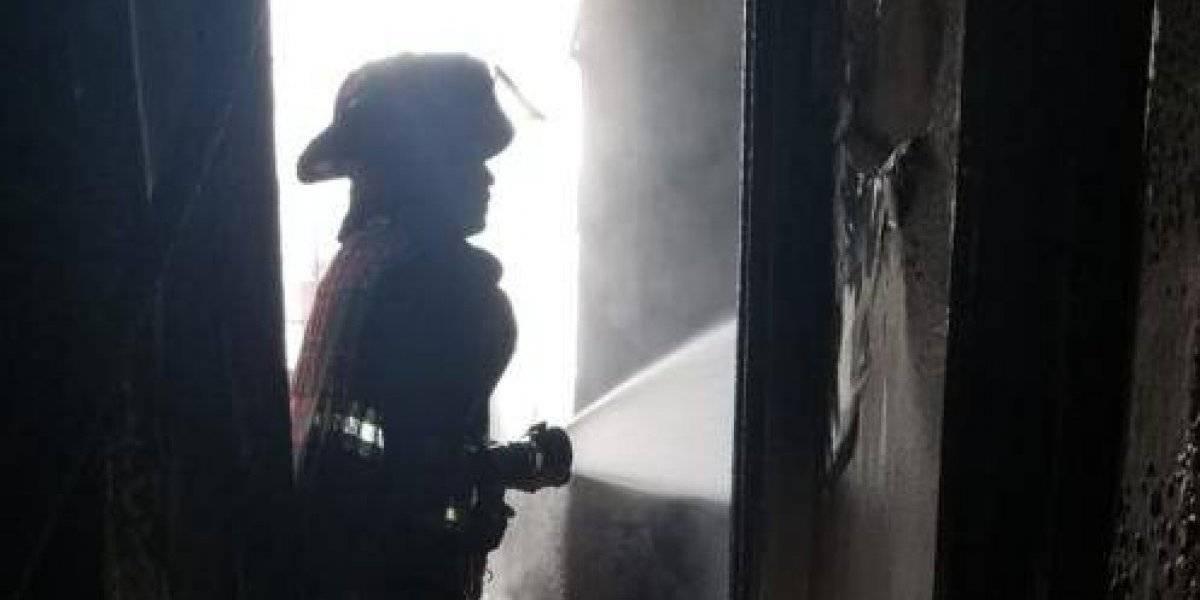Cruz Roja ayuda a hombre que perdió apartamento por celular que explotó y causó incendio