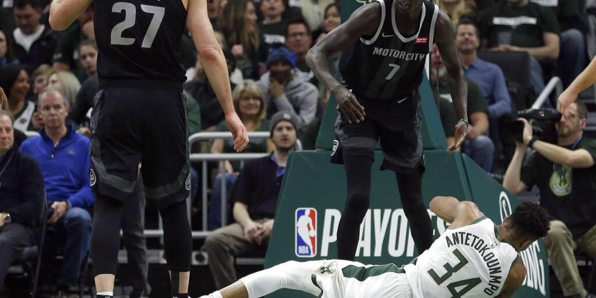 Bucks arrollan a los Pistons en primer partido de los playoffs