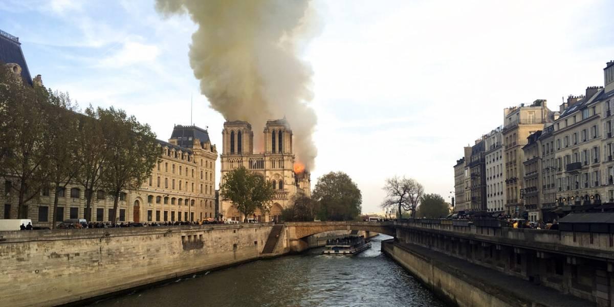 La catedral de Notre Dame en París arde en llamas: ya colapsó una de las torres