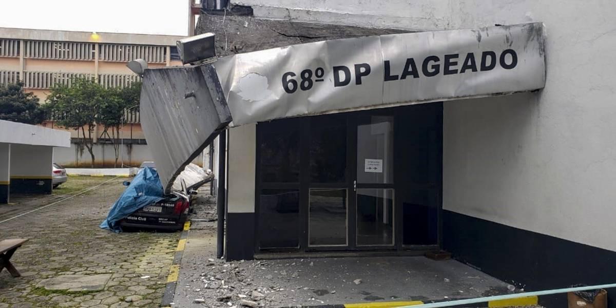 Viaturas são destruídas por queda de marquise em delegacia; veja fotos