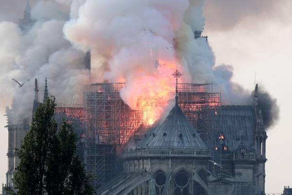 Paris: Incendio en catedral de Notre Dame y en Twitter recuerdan al 'jorobado' de la película
