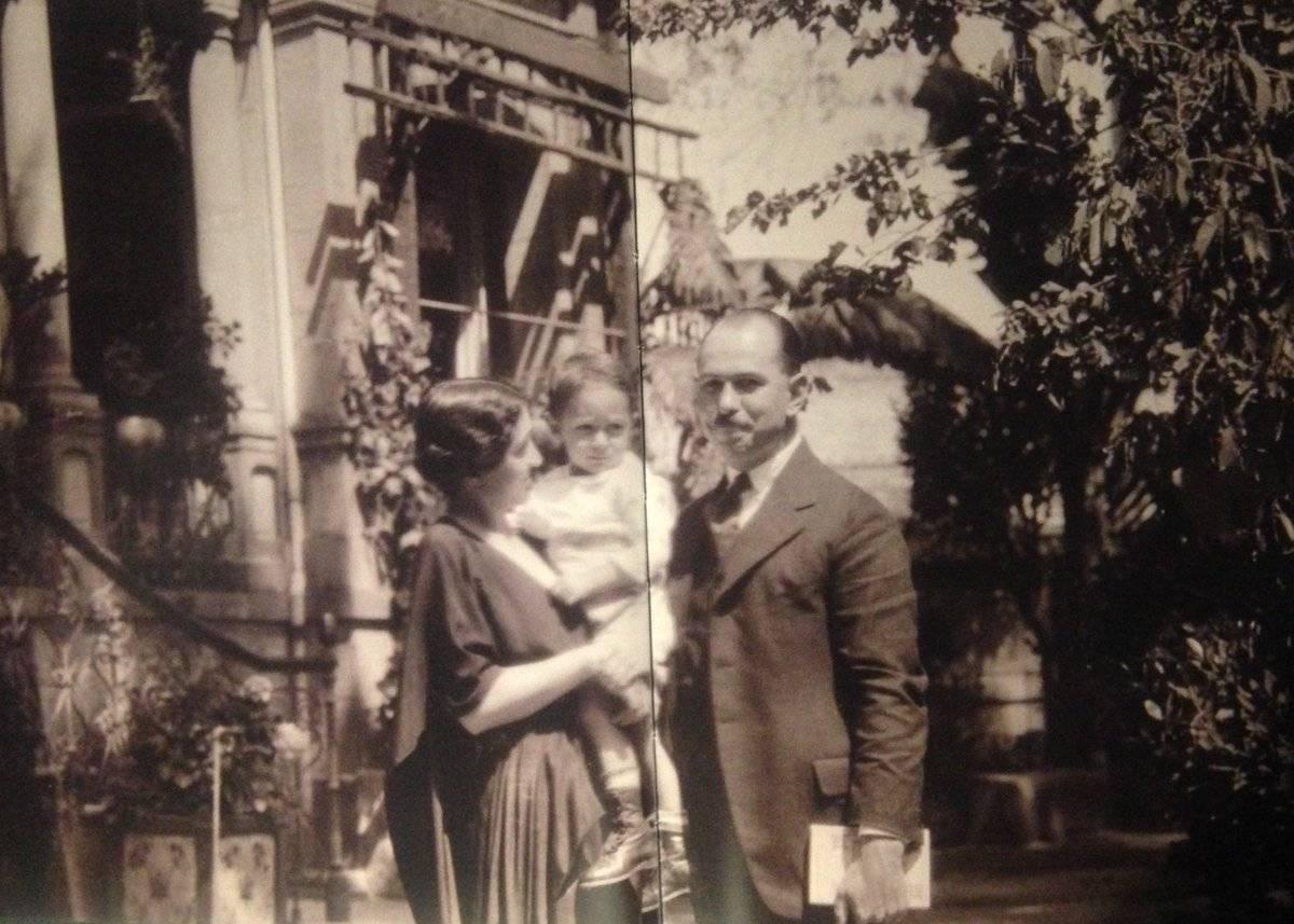 Antonieta Rivas Mercado con su esposo Albert Blair, y su hijo Donald Antonio Blair Foto: Twitter @CasaRivasM