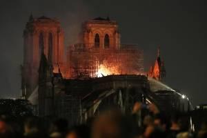 En llamas la catedral de Notre Dame en París